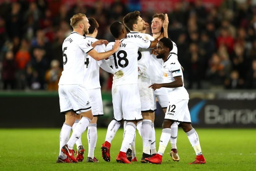 Pemain Swansea merayakan kemenangan atas Liverpool.