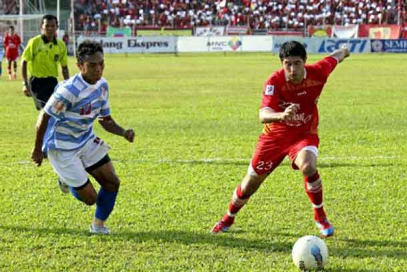 Pemain Tengah Semen Padang Esteban Viscara (kanan) berebut bola dengan pemain belakang Persiraja Banda Aceh, Gilang Angga dalam pertandingan Indonesian Premier League (IPL) di Stadion H Agus Salim, Padang, Sumatera Barat, Ahad (24/6)