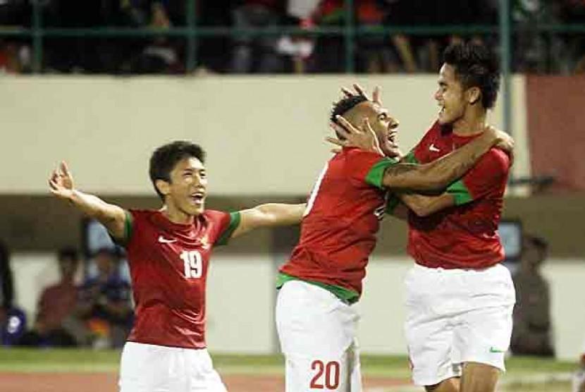 Pemain Timnas Indonesia merayakan gol yang dicetak M Roby (kanan) sat menghadapi Filipina, dalam partai persahabatan di Stadion Manahan, Solo, Jateng, Rabu (14/8).