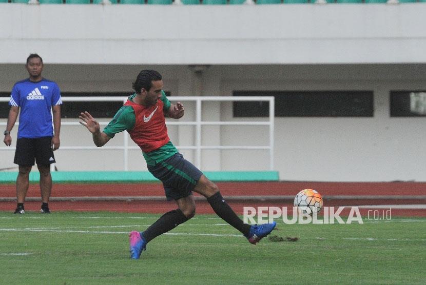 Pemain timnas Indonesia U-22 Ezra Walian saat uji coba lapangan jelang laga kontra Myanmar di Stadion Pakansari, Cibinong, Bogor, Senin (20/3).