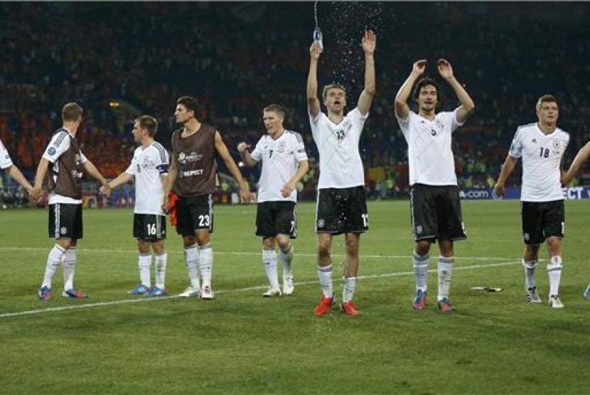 Pemain timnas Jerman melakukan selebrasi usai mengalahkan Belanda di laga Grup B Piala Eropa 2012 di Kharkiv, Ukraina, pada Rabu (14/6).