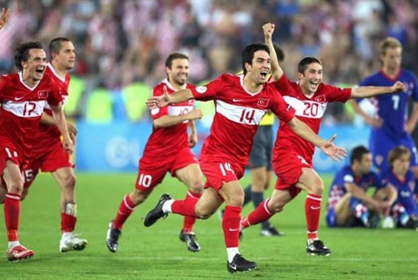 Iker Casillas mengangkat trofi setelah Spanyol mengalahkan Jerman 1-0 di partai final Piala Eropa 2008.