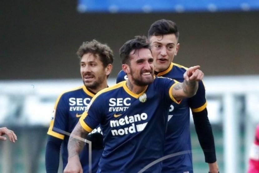Pemain Verona, Antonio Caracciolo merayakan golnya ke gawang AC Milan.