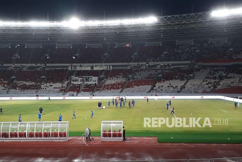 Pemanasan para pemain Timnas Indonesia dan Islandia sebelum pertandingan, Ahad (14/1).