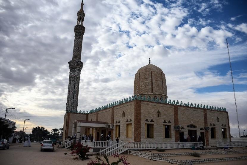 Pemandangan bagian luar Masjid Al-Rawda sehari setelah rumah ibadah tersebut diserang di bagian utara Kota Arish, Semenanjung Sinai, Mesir, Sabtu (25/11). Menurut laporan, setidaknya 270 orang tewas dan 90 terluka karena ledakan bom.
