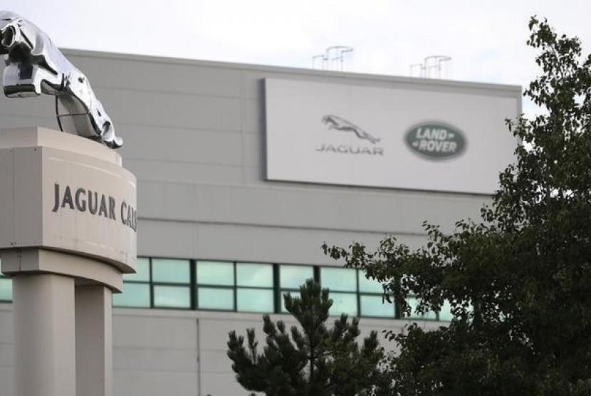 Pemandangan di salah pabrik Jaguar Land Rover di Liverpool, Inggris