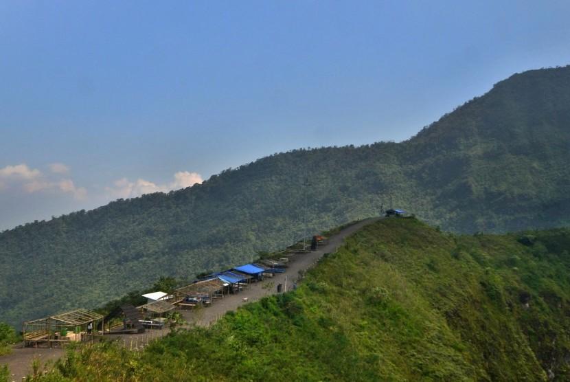 Pemandangan kawasan wisata Gunung Galunggung dengan ketinggian 2.167 mdpl di Kabupaten Tasikmalaya, Jawa Barat, Senin (18/9).
