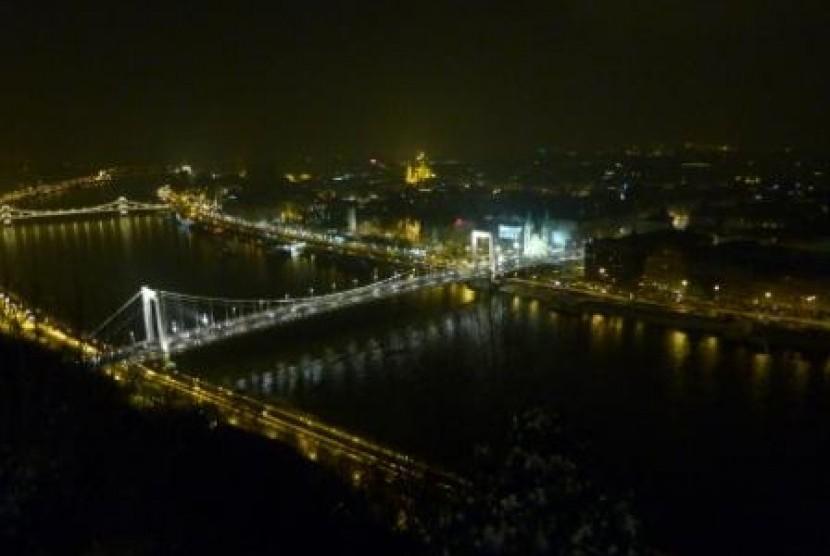 Pemandangan Kota Budapest dari Citadella, puncak tertinggi di Budapest.