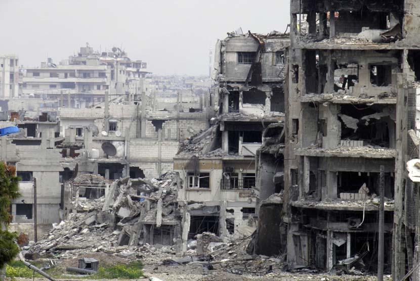 Pemandangan kota yang hancur, penuh dengan puing-puing yang berserakan akibat perang saudara di kota Homs, Suriah, Ahad (9/3).  (Reuters/Thaer Al Khalidiya)