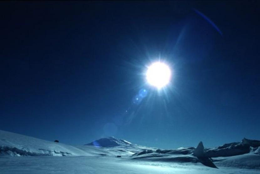 Pemandangan matahari terbenam di Antartika