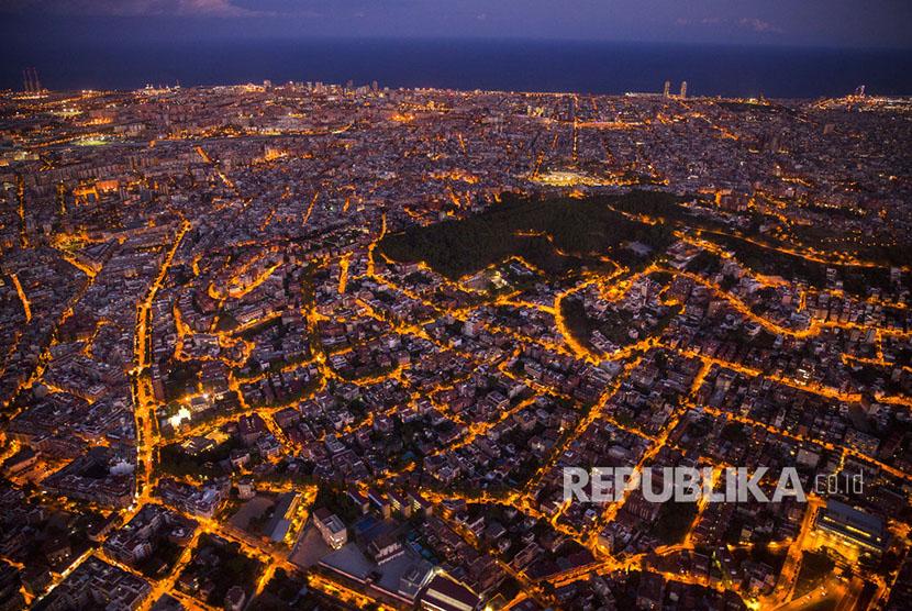 Pemandangan udara kota Barcelona, diambil dari sebuah helikopter Polisi Katalan Mossos d'Esquadra.