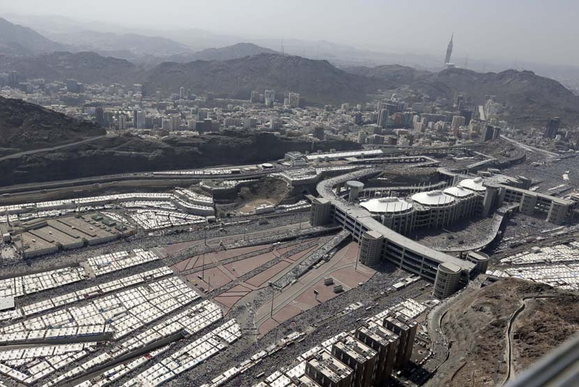 Pemandangan udara suasana kawasan Mina dengan latar komplek jamarat (tempat melontar jumrah) di Mina, Sabtu (27/10).   (Hassan Ammar/AP)