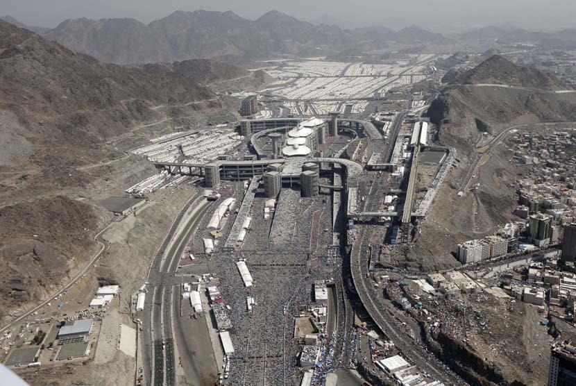 Pemandangan udara suasana kawasan Mina, Sabtu (27/10).   (Hassan Ammar/AP)