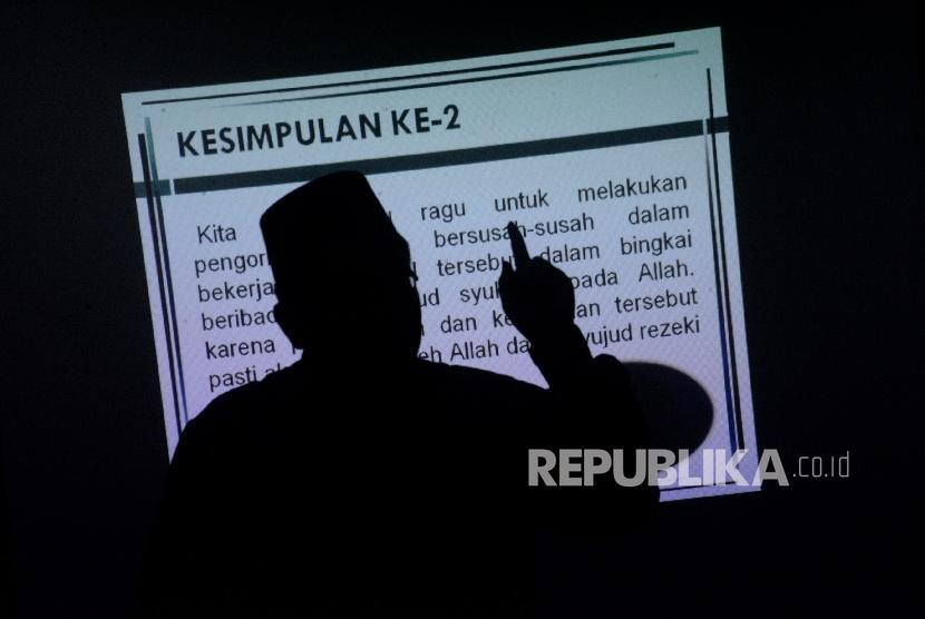 Raden Ridwan Hasan Saputra memberikan materi pada kegiatan Fun Science For Teacher di Kantor Republika, Jakarta. (ilustrasi)