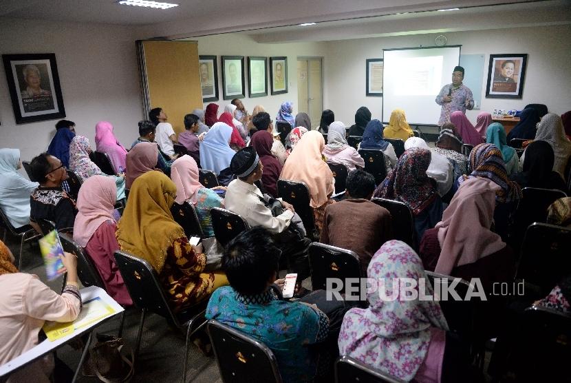 Pemateri Raden Ridwan Hasan Saputra memberikan materi pada kegiatan Fun Science For Teacher di Kantor Republika, Jakarta, Sabtu (20/5).