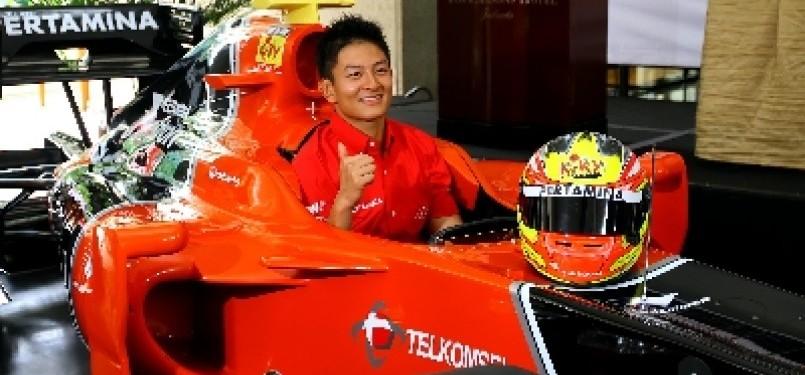 Pembalap masa depan Indonesia, Rio Haryanto, melakukan sesi foto saat jumpa pers di Jakarta, Selasa (20/3).