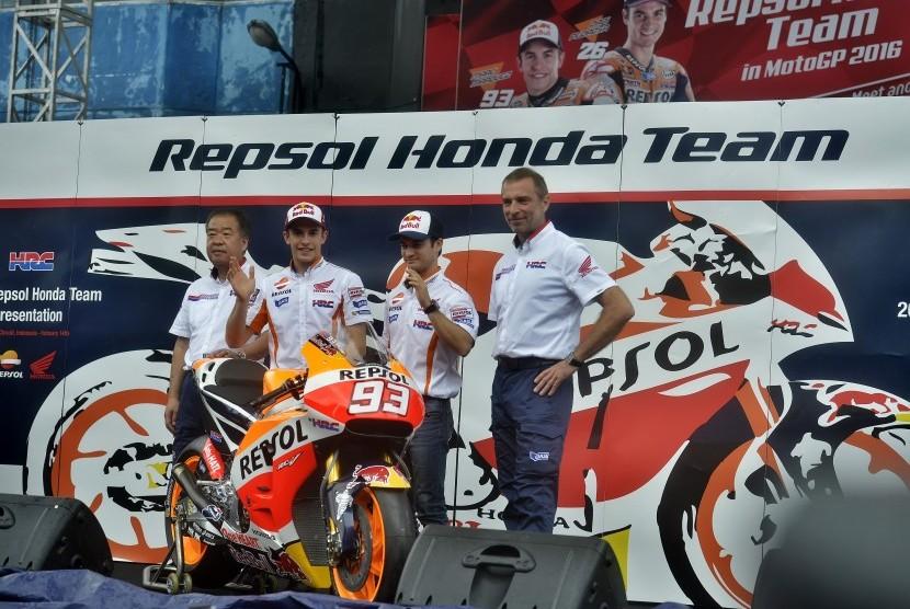 Pembalap MotoGP Tim Repsol Honda Marc Marquez (kedua kiri) dan Dani Pedrosa (kedua kanan) bersama Vice President Honda Racing Corporation Shuhei Nakamoto (kiri) serta Team Principal Repsol Honda MotoGP Livio Suppo (kanan) menyapa penggemar saat peluncuran