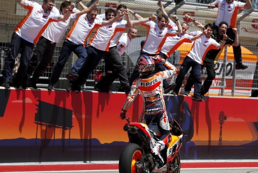 Pembalap Repsol Honda Marc Marquez dan timnya merayakan kemenangan pada MotoGP 2018 seri balapan Amerika Serikat di Sirkuit Amerika, Austin, Texas, Ahad (22/4) waktu setempat atau Senin (23/4) dini hari WIB.