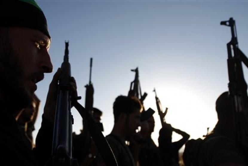 Pemberontak Tentara Pembebasan Suriah (FSA) saat latihan militer di kawasan Idlib, Suriah.