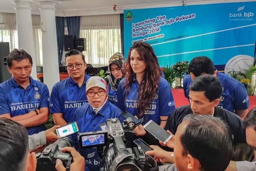 Pembina Bandung bank bjb Pakuan Netty Prasetiyani Heryawan menjawab pertanyaan wartawan terkait prestasi timnya pasa seri I Proliga 2018, belum lama ini.