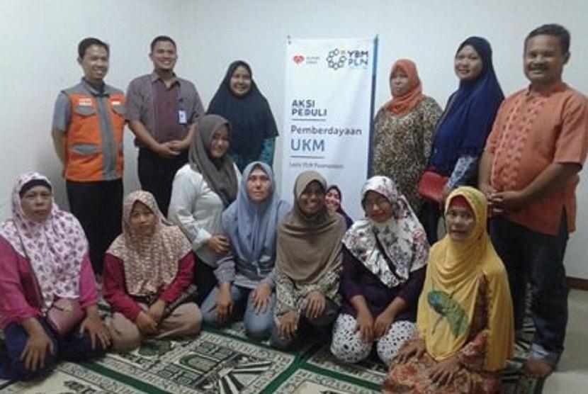 Pembinaan edukasi wirausaha bagi UKM binaan YBM PT PLN Pusmankon dan Rumah Zakat.