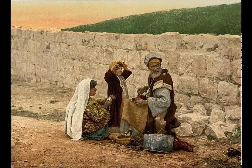 Pembuat sepatu keliling di luar kota Yerusalem