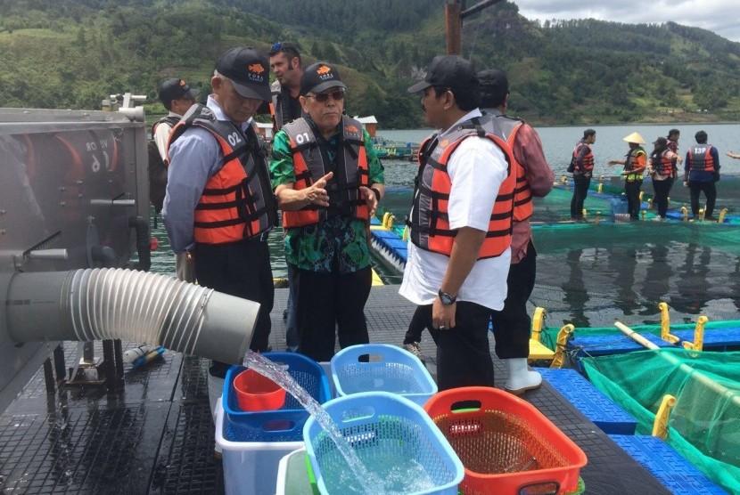 Pemeriksaan karamba jaring apung (KJA) di Danau Toba