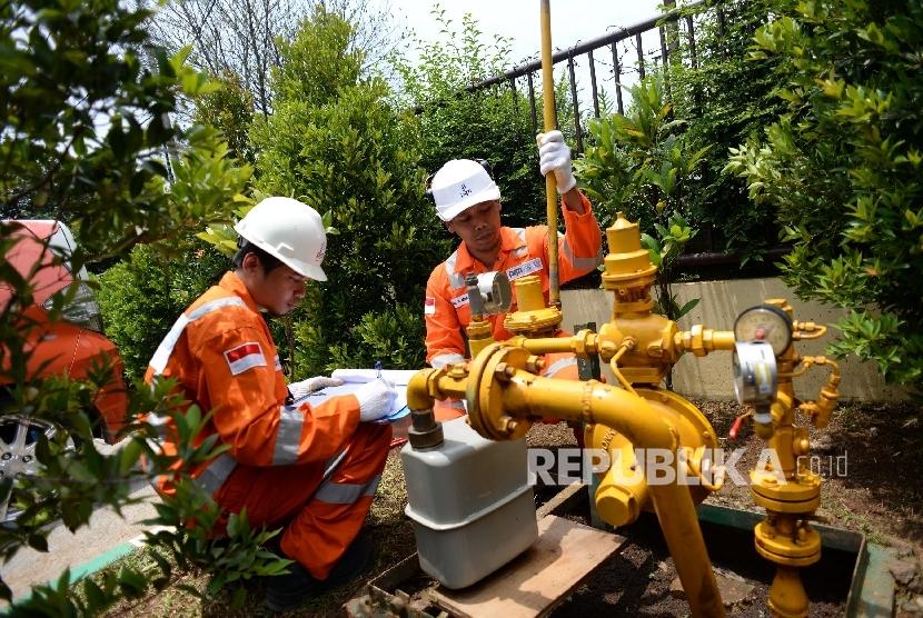 Pemeriksaan Regulator System. Petugas PT PGN memeriksa Regulator System di RS Azra, Bogor, Jawa Barat, Kamis (28/9).