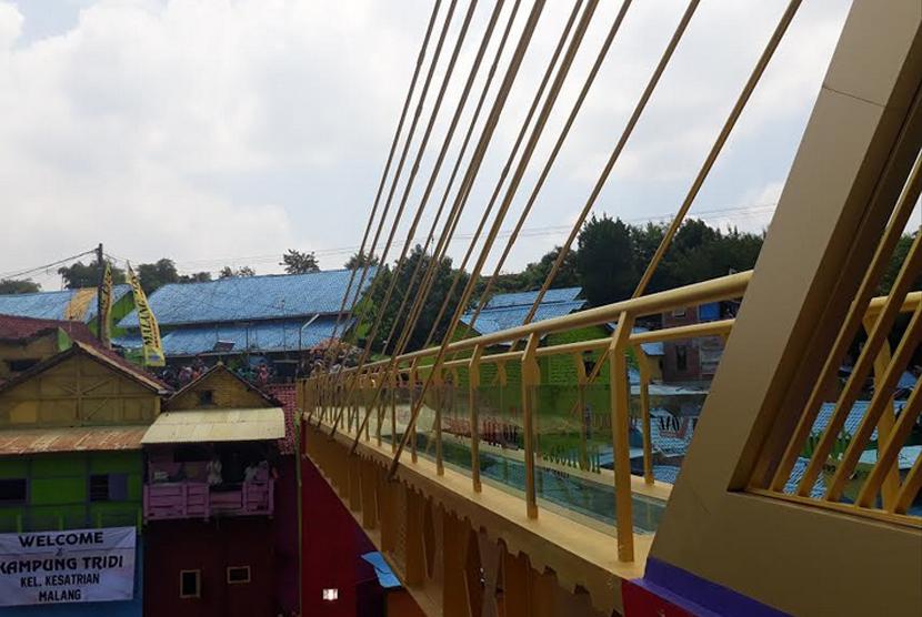 Pemerintah Kota Malang meresmikan Jembatan Kaca Pertama di Indonesia untuk menghubungan Kampung Wisata Tridi dan Kampung Wisata Jodipan (KWJ) atau Kampung Warna-warni pada Senin (9/10).
