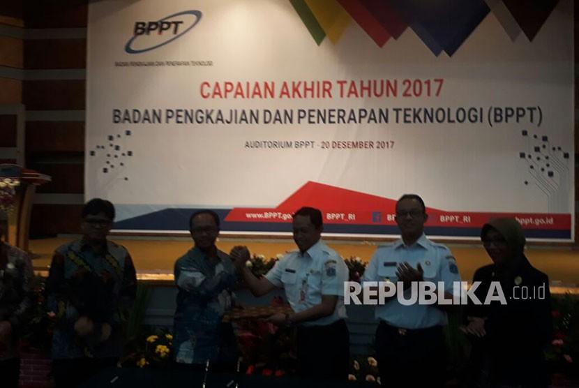Pemerintah Provinsi (Pemprov) DKI Jakarta menandatangani nota kesepahaman dengan Badan Pengkajian dan Penerapan Teknologi (BPPT) terkait pengelolaan sampah dengan membangun Pembangkit Listrik Tenaga Sampah (PLTSa) di Bantargebang, Kota Bekasi, Rabu (20/12).