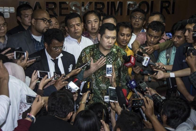 Pemilik MNC Group Hary Tanoesoedibjo (tengah) memberikan keterangan pers seusai menjalani pemeriksaan di Direktorat Tindak Pidana Siber Bareskrim Polri, Jakarta, Jumat (7/7).