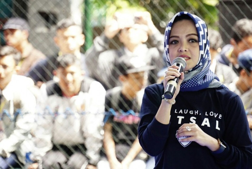 Pemimpin Grup Marketing Communication Corporate Secretary Division of Bank BJB Susie M Permatasari memberi sambutan dalam acara bjb Futsal Championship ke-4 di Batununggal Sport Center, Kota Bandung, belum lama ini.