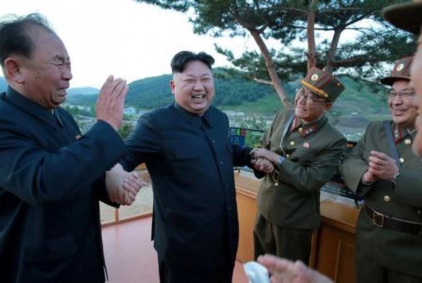 Pemimpin Korea Utara Kim Jong-un bersama Ri Pyong-chol (kiri) pada 15 Mei 2017.