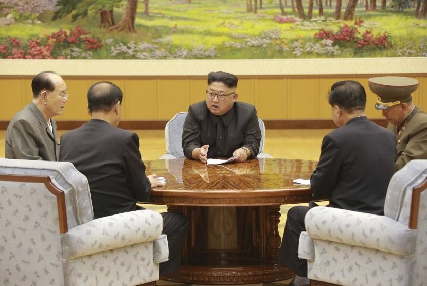 Pemimpin Korea Utara Kim Jong Un (tengah) saat mengadakan pertemuan presidium partai berkuasa. Korea Utara mengklaim 'kesuksesan sempurna' untuk uji coba nuklirnya yang paling kuat sejauh ini.