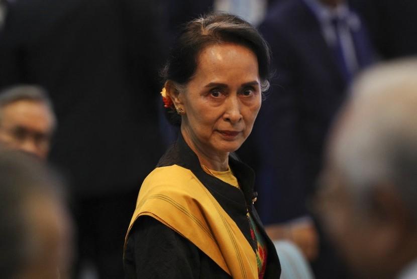 Pemimpin Myanmar Aung San Suu Kyi saat menghadiri pembukaan KTT ASEAN ke-31 di Manila, Filipina, Senin (13/11).