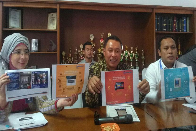 Pemimpin Wilayah Bank BRI Denpasar  Dedi Sunardi saat menjelaskan kasus skimming ATM di kantor BRI Mataram, NTB (ilustrasi)
