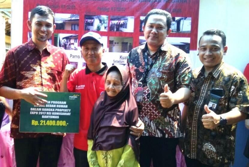 Pemnyerahan bantuan dana bedah rumah oleh Laznas BSM Umat kepada warga Banyumas, Jawa Tengah, Ahad (24/12).