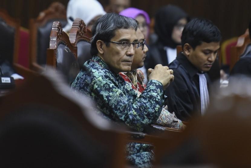 Pemohon pengajuan uji materi Hadar Nafis Gumay (kiri) mengikuti sidang uji materi Undang-Undang Nomor 7 Tahun 2017 tentang Pemilihan Umum (UU Pemilu) di Mahkamah Konstitusi, Jakarta, Selasa (24/10).