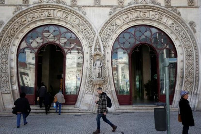 Pemude selfie dekat patung Raja Portugal abad ke-16
