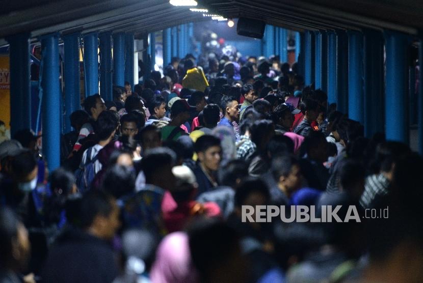 Pemudik antre memasuki kapal Ro-Ro di Dermaga 5 Pelabuhan Merak, Banten. (ilustrasi)