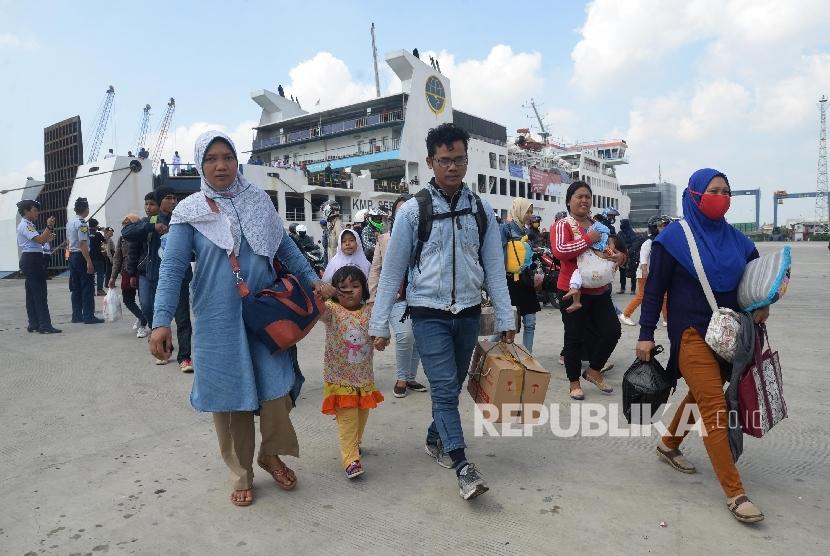 Pemudik arus balik keluar dari KMP Sebuku di Pelabuhan Tanjung Priok, Jakarta.