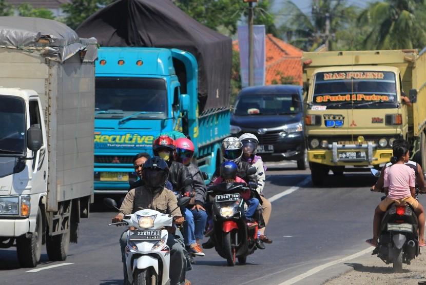 Pemudik bersepeda motor melintas di Jalur Pantura Lohbener, Indramayu, Jawa Barat, Ahad (18/6).