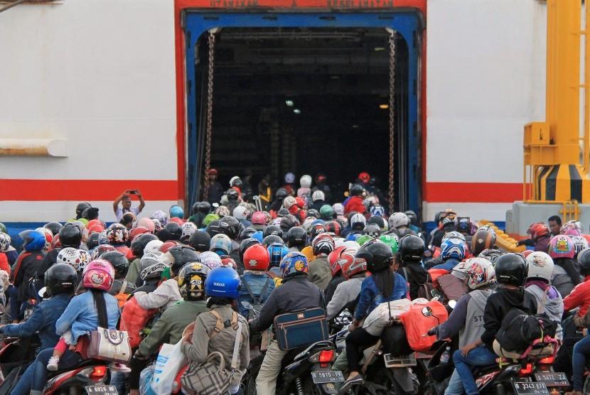Pemudik kendaraan bermotor bersiap melakukan penyeberangan ke Pulau Jawa melalui Demaga 6 Pelabuhan Bakauheni Lampung Selatan, Lampung, Jumat (30/6).