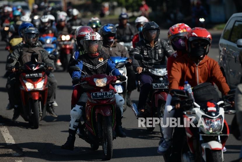 Pemudik Sepeda Motor. Pemudik dengan sepeda motor melalui jalanan kawasan Kota Cirebon, Jawa Barat, Sabtu (2/7).