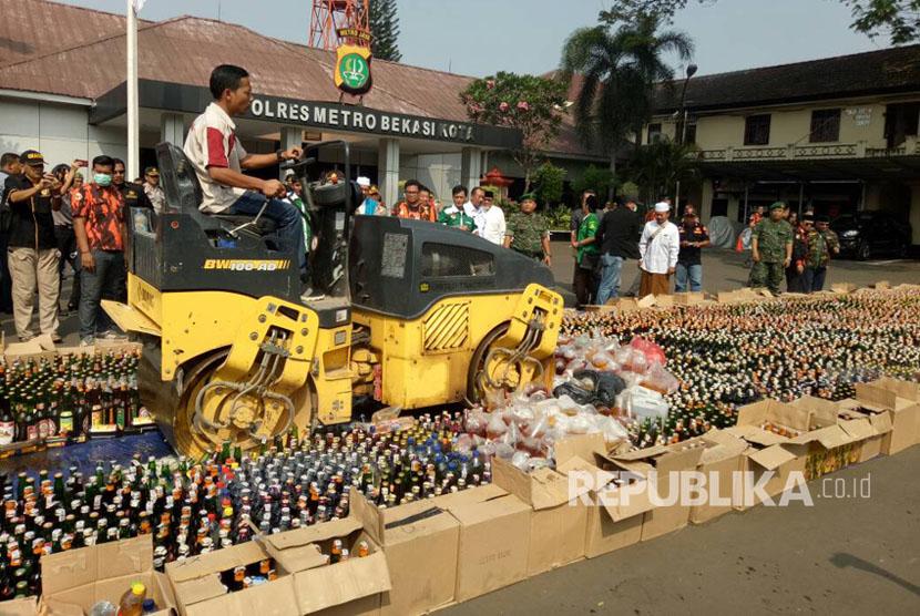 Pemusnahan ribuan miras dan narkoba di halaman Polres Metro Bekasi Kota, Selasa (23/5).