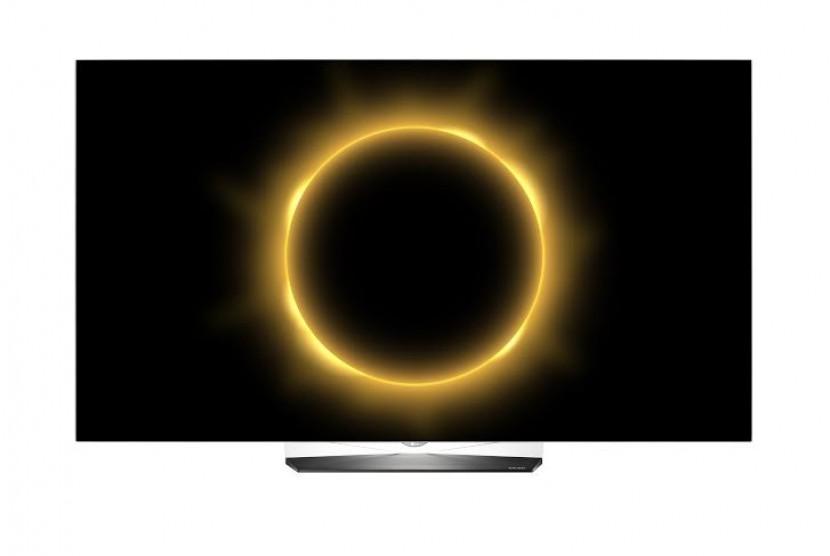 Penampakan gerhana matahari total (GMT) yang dipantau dari televisi OLED LG.