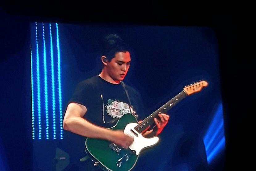 Penampilan Gitaris CNBLUE Jonghyun pada konser di Jakarta, Sabtu, (15/7)