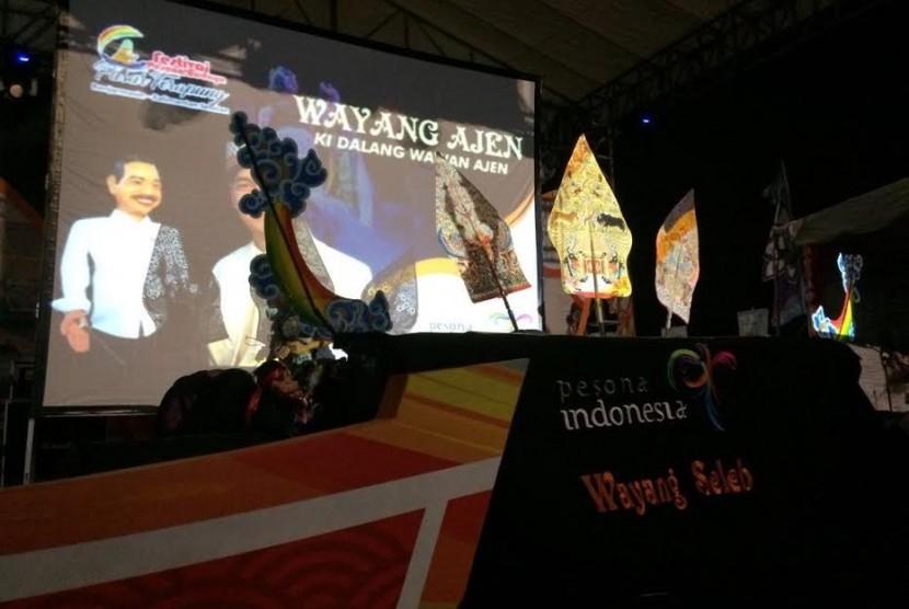 Penampilan wayang ajen di festival pasar terapung, Kalimantan Selatan.