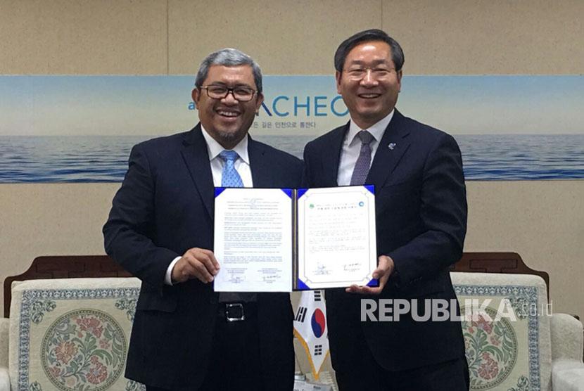 Penandatanganan kerja sama oleh Ahmad Heryawan dengan Walikota Yoo Jeong-bok di kantor Walikota Incheon, Korsel, Senin (25/9).