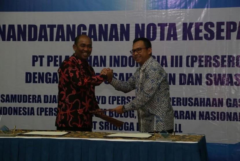 Penandatanganan kerja sama Pelindo III dan PGN untuk pemanfaatan gas bumi.